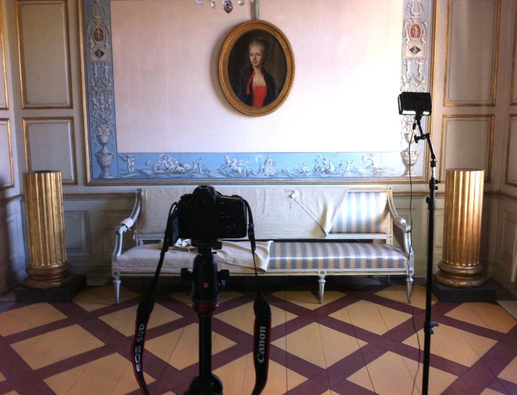 Förberedelser inför fotografering av förmakets soffa. Skyddsöverdraget måste givetvis tas av!
