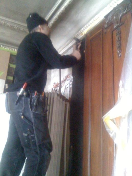 Höghöjdsarbete när panelerna varsamt monterades ner.