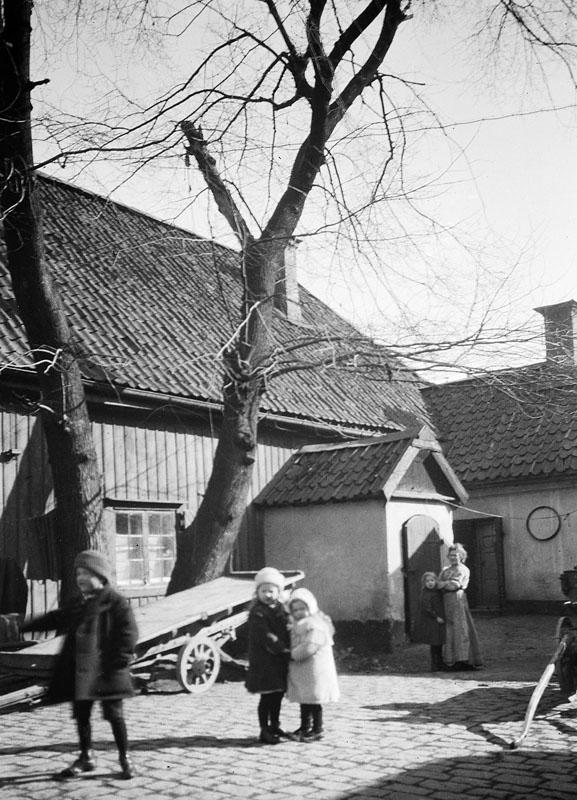 """""""Gården vid Södermannagatan 10. Nuv. Södermannagatan 12"""" Foto: Stockholmskällan,  Salin, Kasper (1856-1919) CC-BY-SA"""