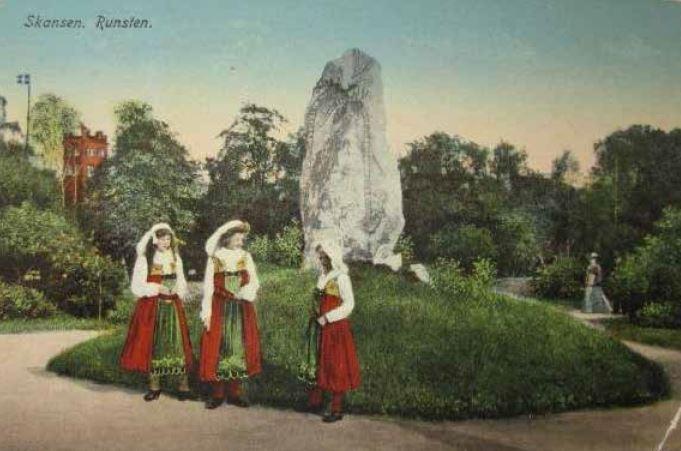 Ett gammalt vykort från en tidig placering av en Skansens runstenar.