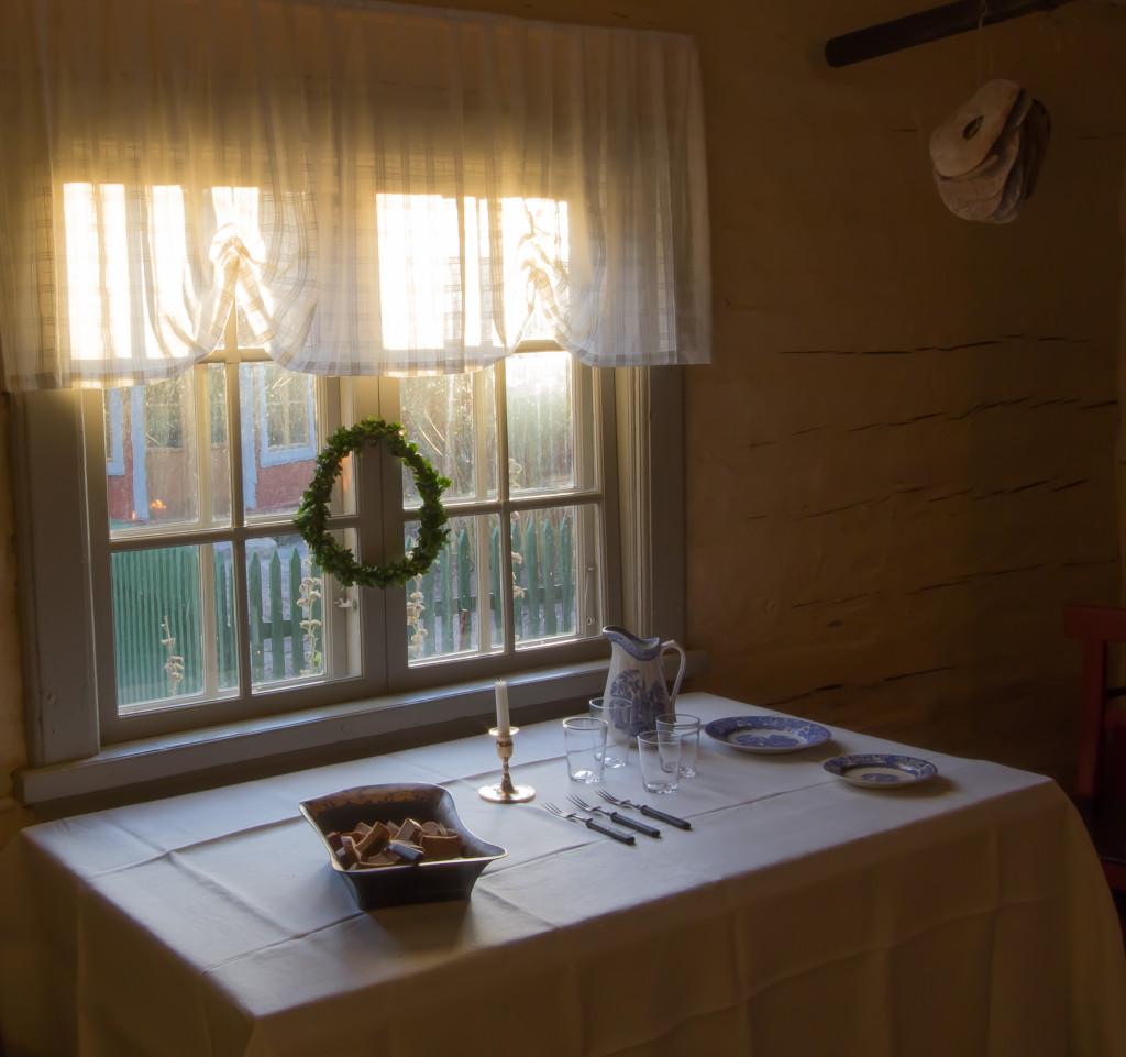 Köket med nytvättade textilier och dukat bord för dopp. Foto: Tomas Wiedersheim-Paul