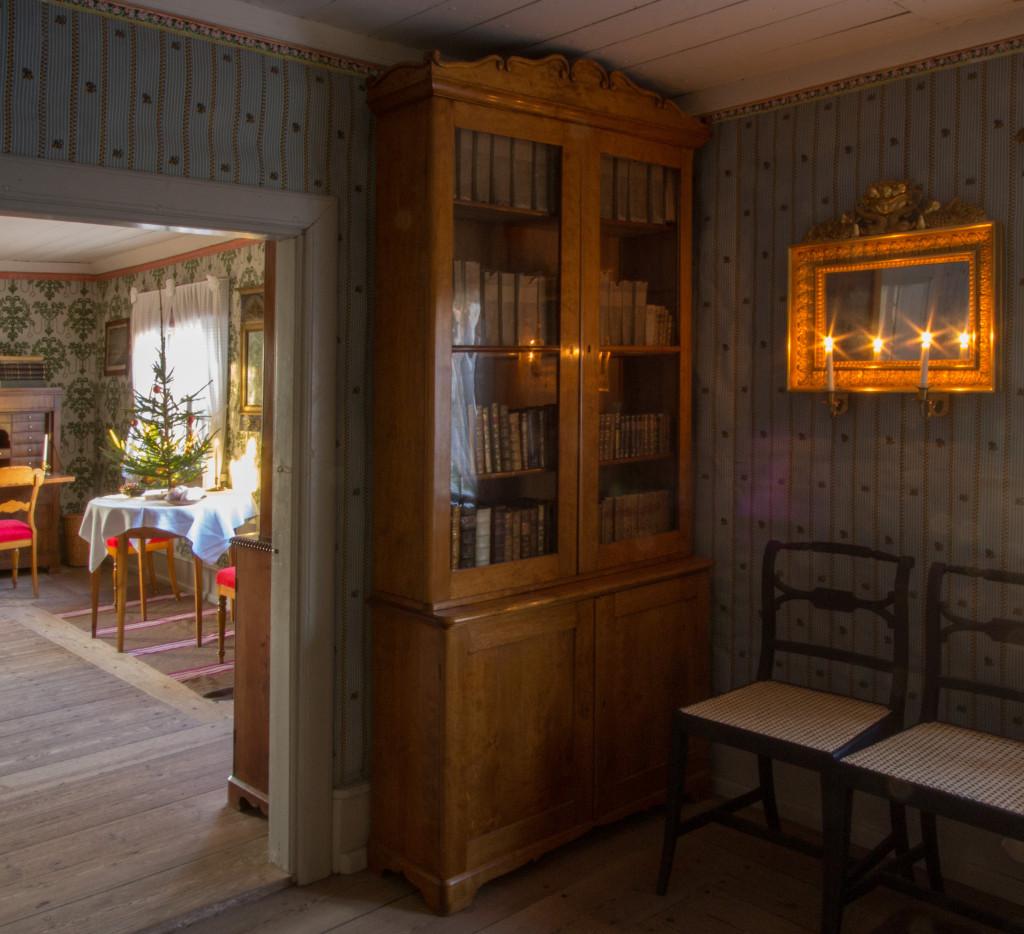Förmaket, rummet mellan köket och salen. I dörröppningen mot salen anas parets julgran. Foto: Tomas Wiedersheim-Paul
