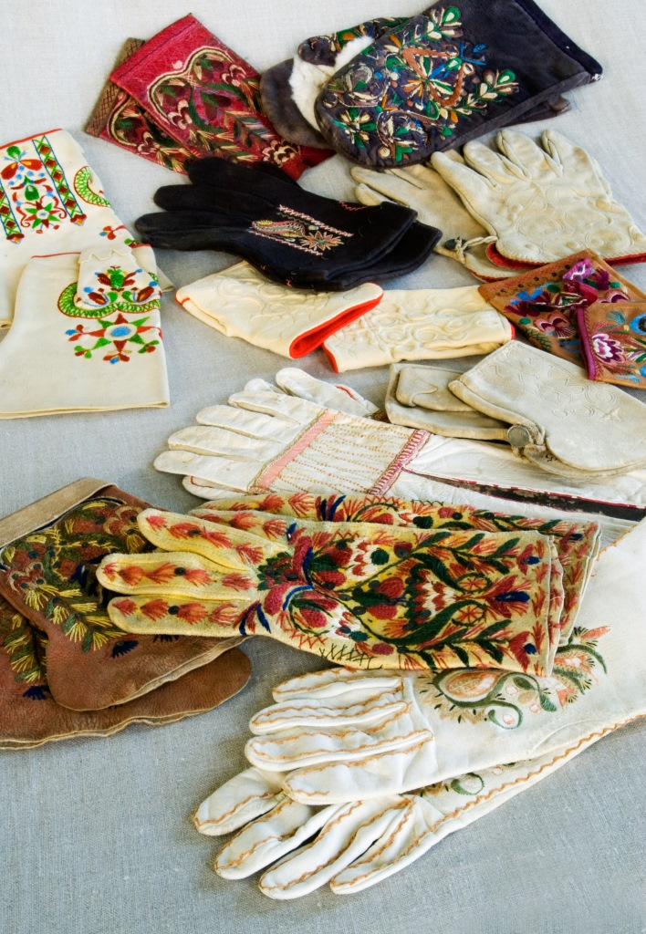 Till en början kommer vi fokusera på att gå igenom mindre dräktdelar. Här kan ni se ett urval av handskar som kommer att beskrivas i text och bild på Digitalt Museum. Foto: Marie Andersson