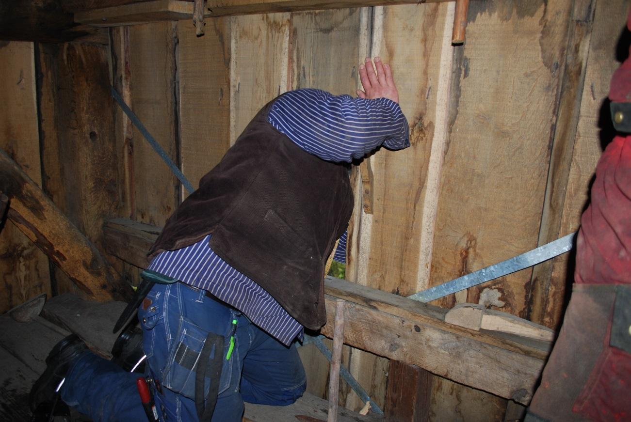 Roger kollar in konstruktionen i Glömmingekvarnen från Öland. Foto: Boel Melin