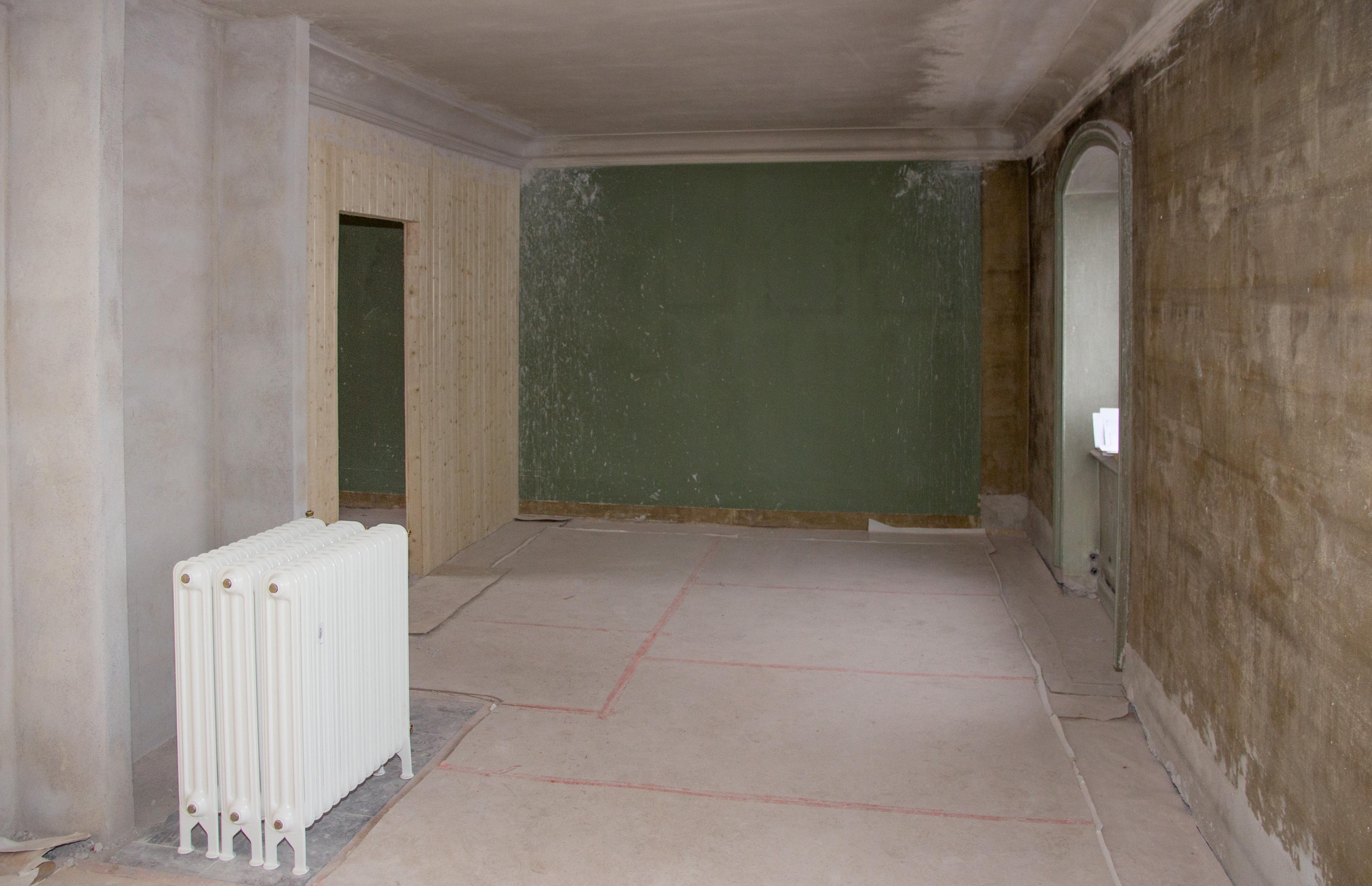 """Det nya """"Rummet öster om salen"""" under pågående byggnation, sett ifrån dörröppningen mot salen. Elementet kommer att monteras i en kakelugn från tiden. Foto: Tomas Wiedersheim-Paul"""