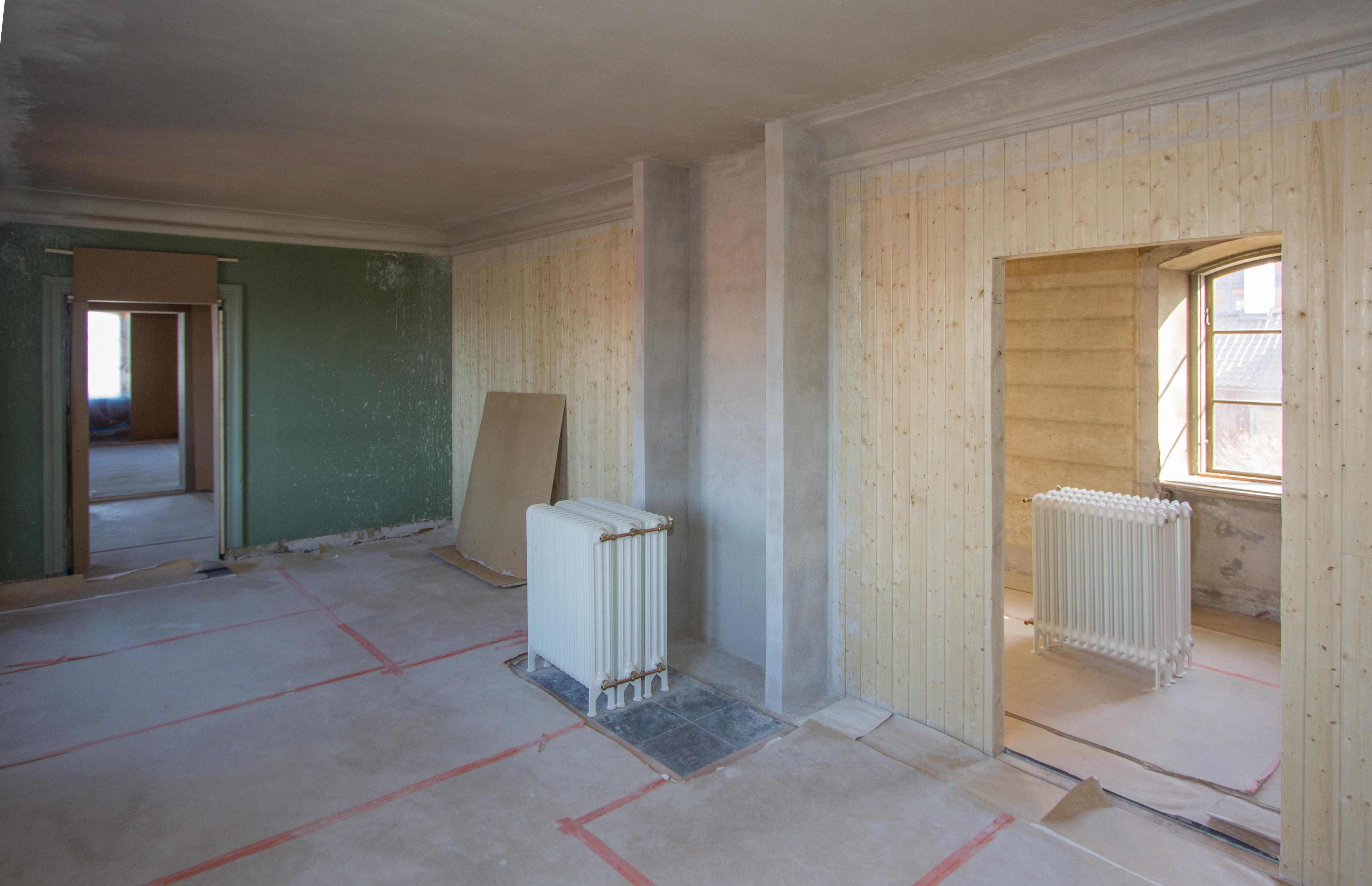 """Det nya """"Rummet öster om salen"""" under pågående byggnation, sett inifrån rummet. Genom den högra dörröppningen skymtar ytterligare ett nytt rum. Foto: Tomas Wiedersheim-Paul"""