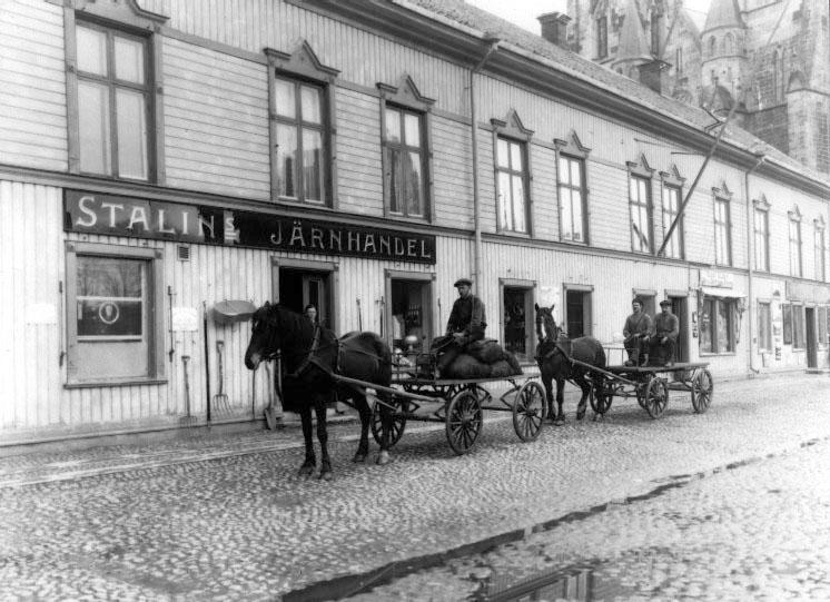 Stalins järnhandel i Skara. Strax efter hästekipagen anas ett flertal emaljerade skyltar.  Västergötlands museum, bild-ID: B145050. Foto:  K. G. Andersson, 1929.