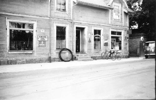 Järnhandeln i Delsbo på sent 1950-tal. Delsbo hembygds och fornminnes förening, bild-ID: MAB-418, okänd upphovsman.
