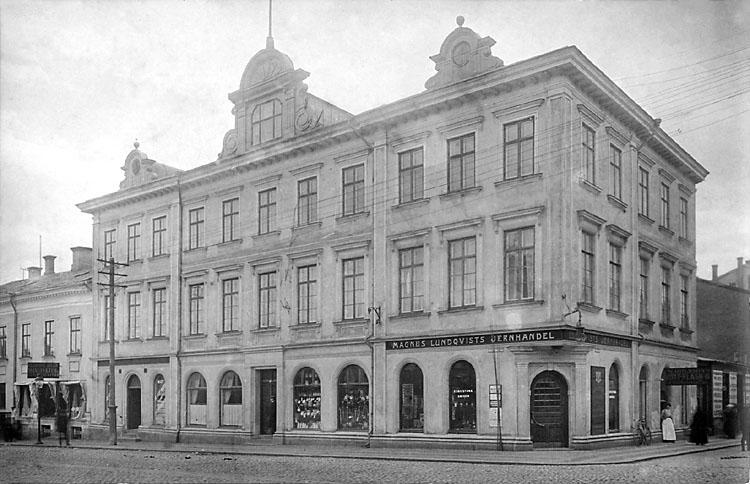 Magnus Lundqvists Jernhandel i Uddevalla, med några mindre skyltar till vänster om dörren.  Bohusläns museum, bild-ID: UMFA54505, fototid: 1890-1910.