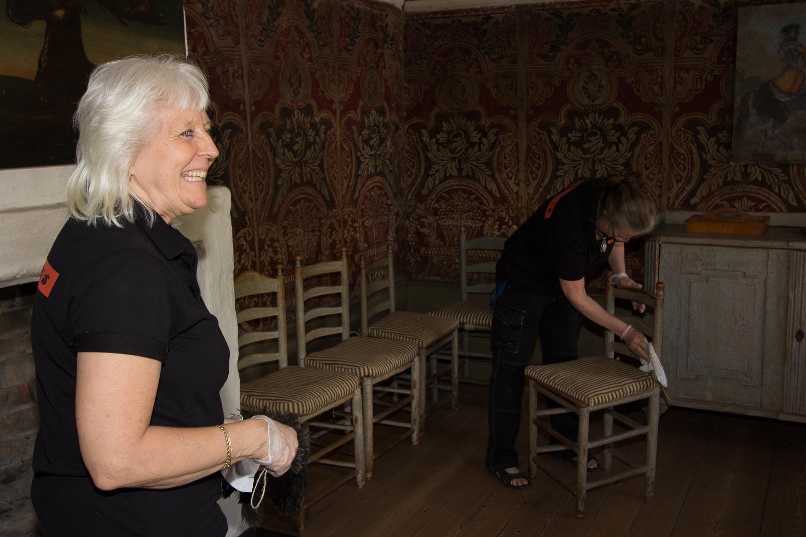 Maggan som städat i de kulturhistoriska husen sedan 1971 berättar att det hela tiden finns mer att lära!