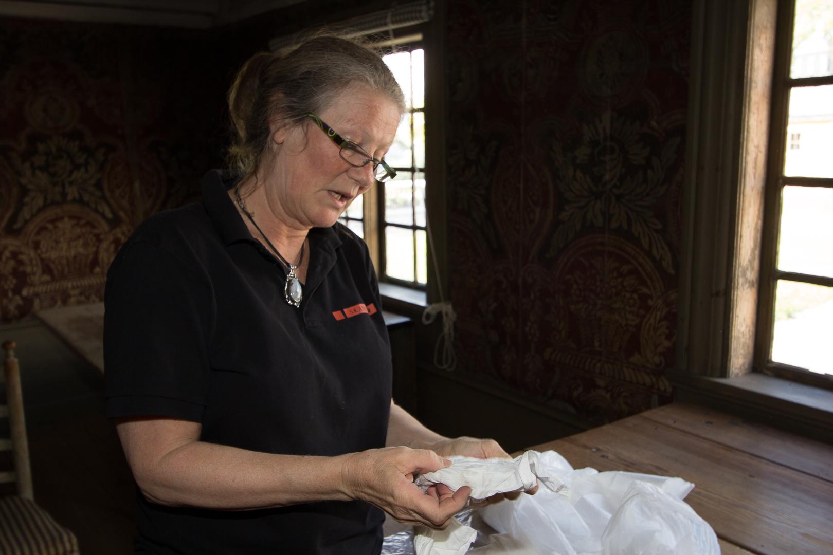 Ann visar de engångspappersdukar som används vid damning och torkning när vi storstädar.