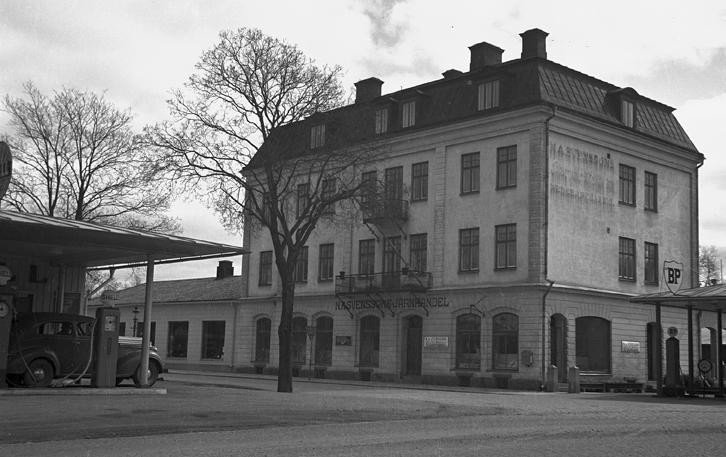 N.A. Svenssons Järnhandel i Nyköping hade två liknande skyltar. Nyköpings historia i bilder, bild-ID: DS622. Foto: Dan Samuelsson, fototid: 1922-1950