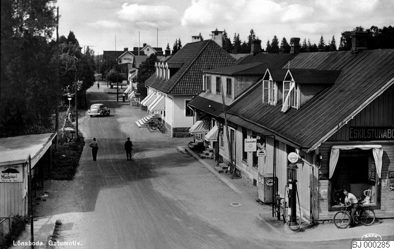 Eskilstunaboden i Lönsboda, med olika varianter av skyltar på bägge sidor av skyltfönstret. Malmö Museer, bild-ID: BJ 000285. Foto: Berndt Johnsson (1877-1943), cc-by.