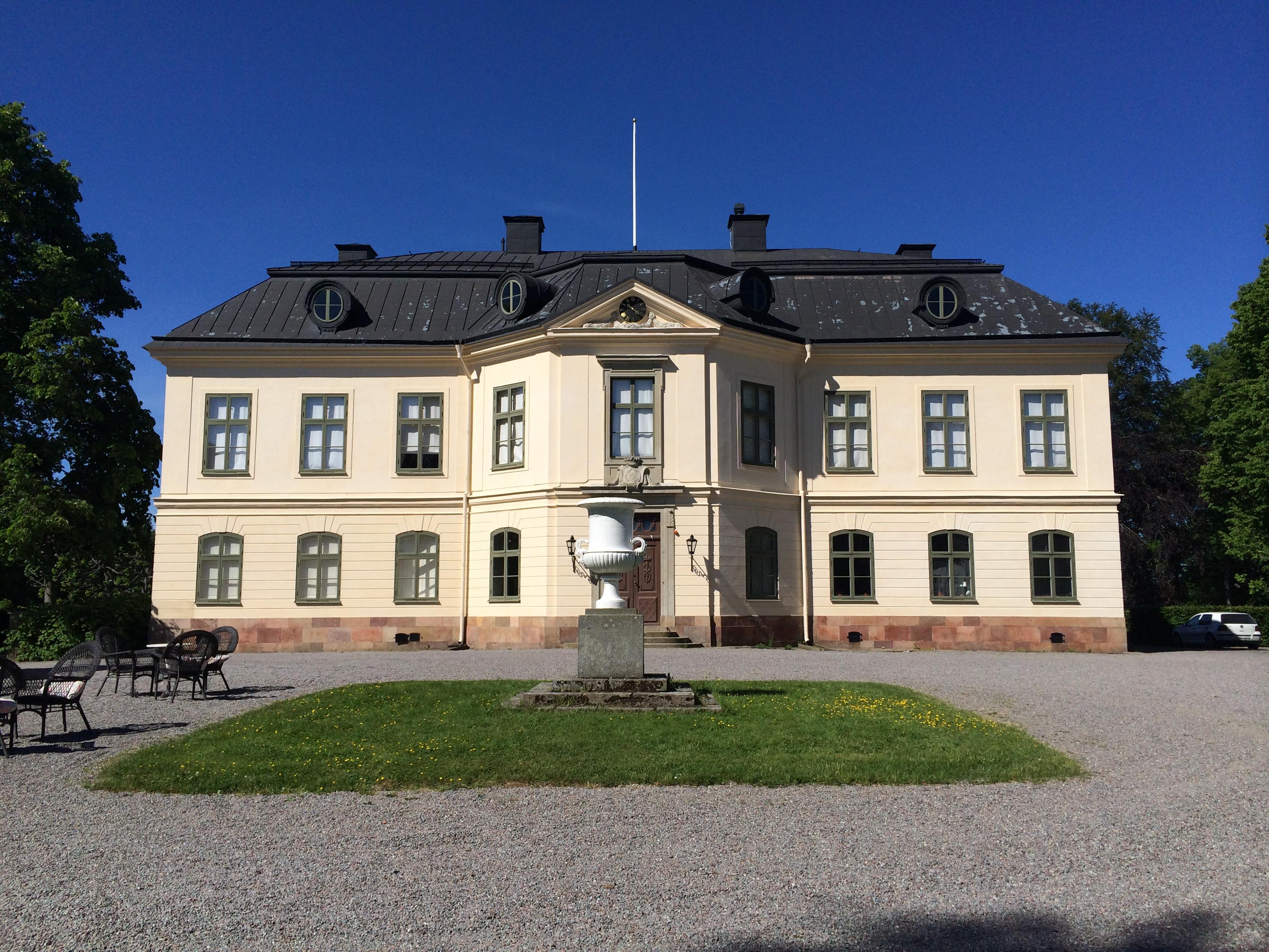 Huvudbyggnaden på Sturehovs slott ritades av Carl Fredrik Adelcrantz och stod färdig 1781. Byggherre var Johan Liljencrantz.