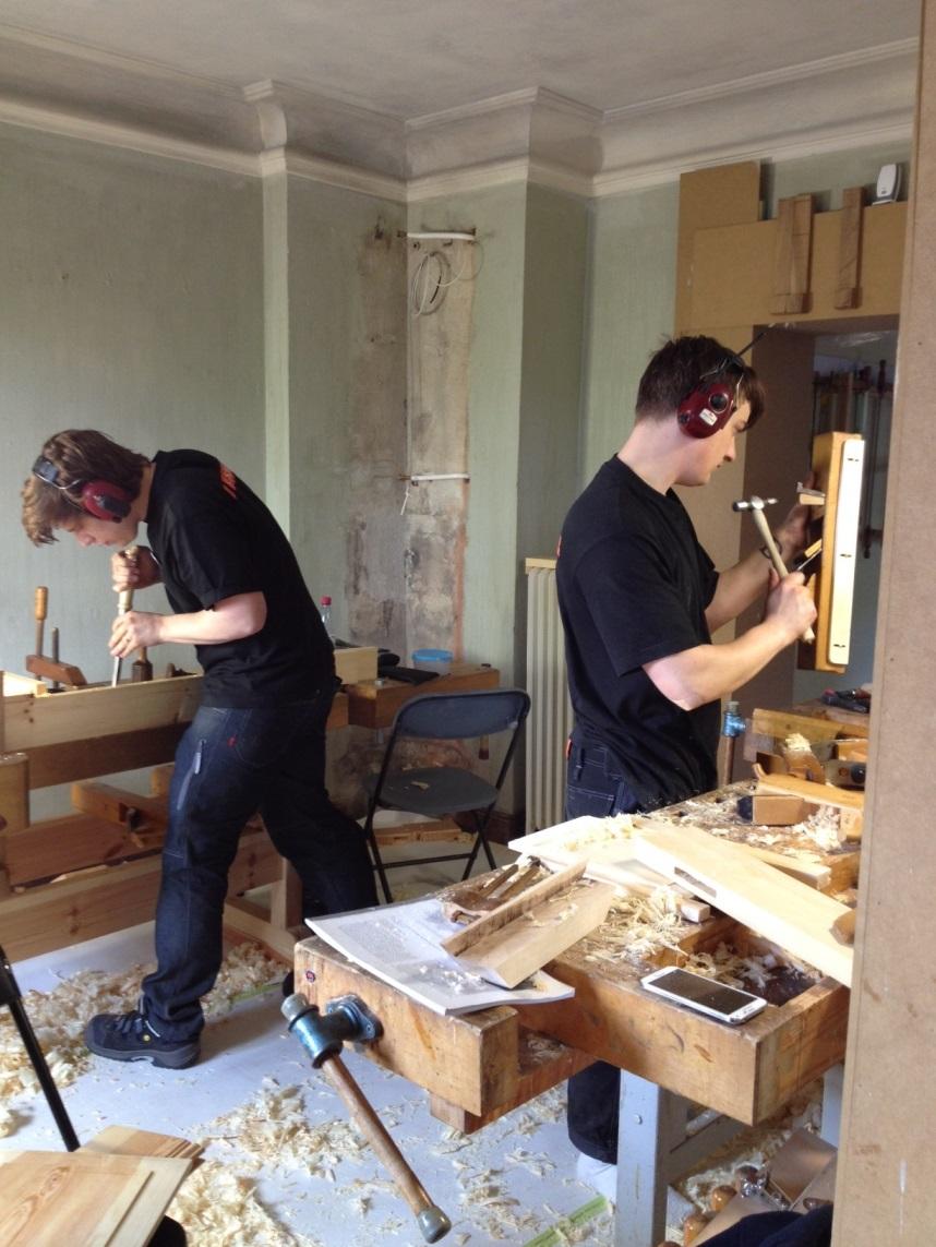 På bilden är Andreas i full fart med att hugga tapphål, Philip justerar hyveln.