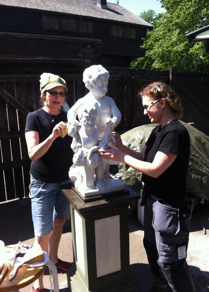 Solveig Marchner och Maja Rugstad gör de sista åtgärderna innan utplaceringen på puttin som symboliserar Jorden.