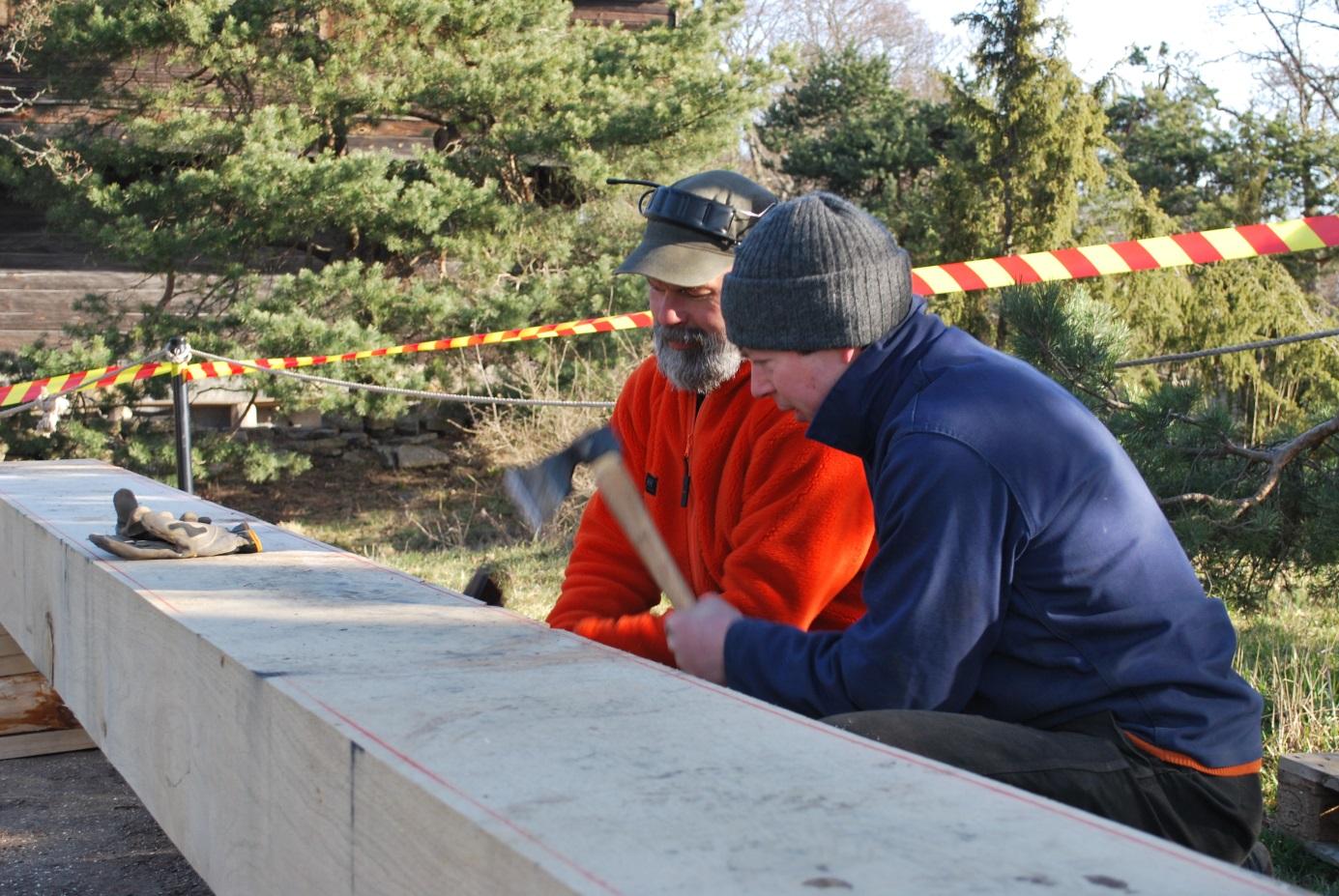 """Dubbelhuggning är en effektiv metod för att få jordträet i rätt dimension. På bilden Joar och Roger som växelvis hugger in spår i ytveden. """"Skulkarna"""" mellan spåren huggs sedan lätt bort med yxa."""