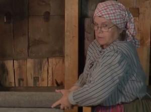 Lillemor sträcker nystampad vadmal i Skansens vadmalsstamp. Foto: Marie Andersson