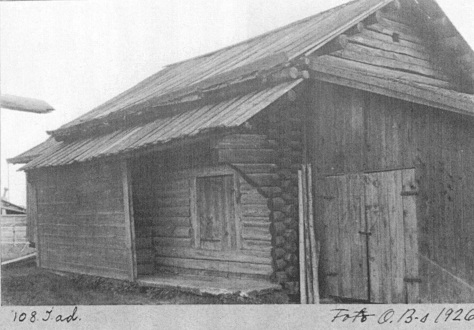 Nusnäsladan på sin ursprungliga plats på Bengtsgården i Nusnäs, söder om Mora, Dalarna, 1926. Foto: Ola Bannbers, för Nordiska museet.
