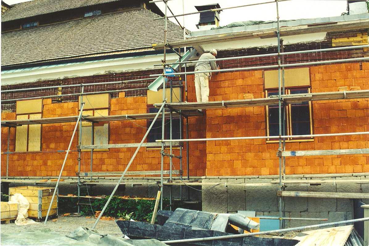 2001-2002 då spikteglet monterades direkt på liggtimmerstommen. Detta kommer vi nu att göra i det nordvästra hörnet.