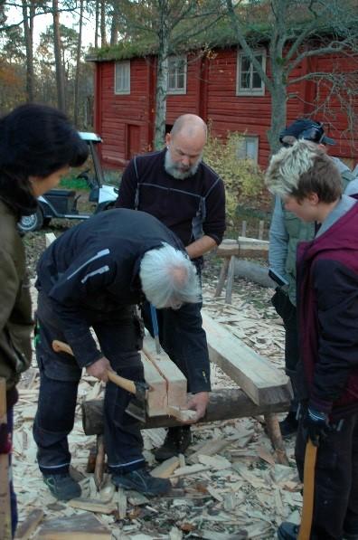Magnus visar Roger, Adrana och två praktikanter från en snickarutbildning hur man spräcker med kilar.