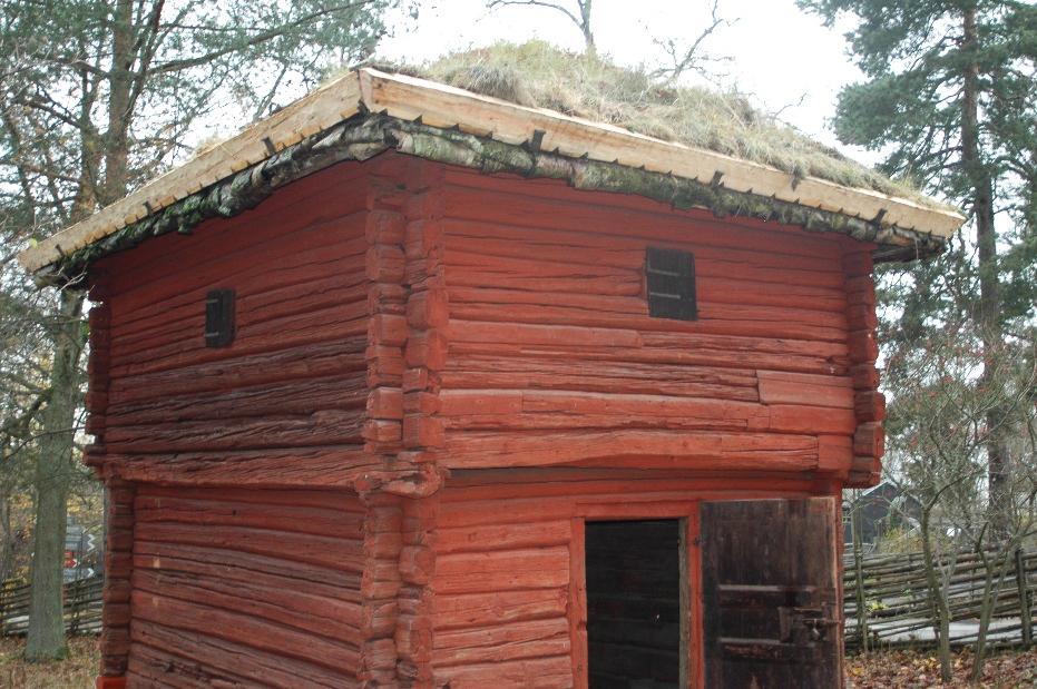 Nya mullåsarna är på plats. Och torven har ansats. Nu håller taket i 20 år till!