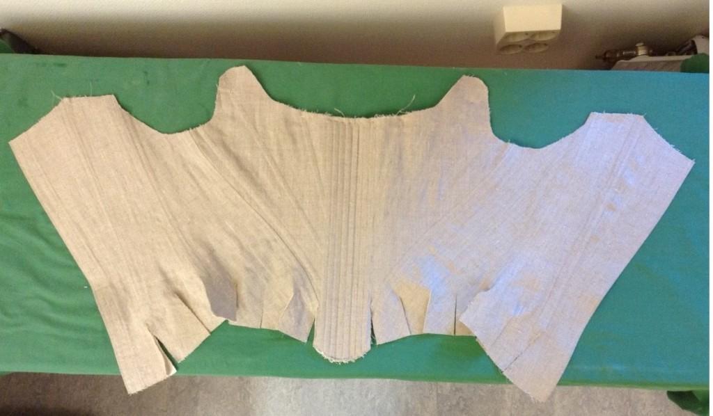 Här syns tydligt hur korsetten är tillskuren för att forma kroppen.