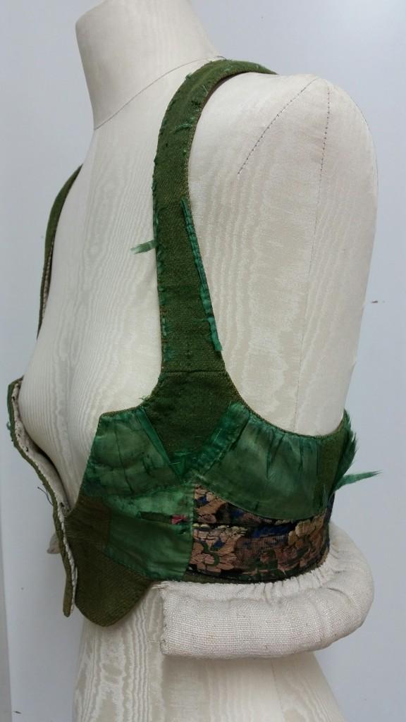 De förekommer i olika material t.ex. sidenbrokad, sammet och ylle som kunde dekoreras med sidenband.
