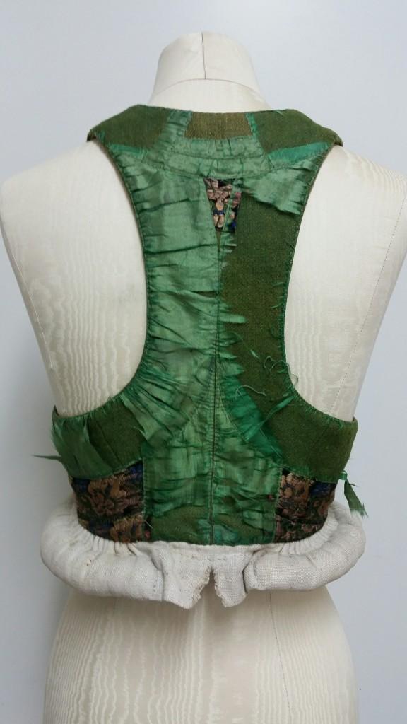 Det som karakteriserar liven från dessa härader är den smala ryggen, tunna axelbanden och bulten som kjolen vilar på.