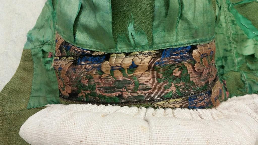 Detaljbild på det mönstrade bandet som syns i sidan och i nacken.